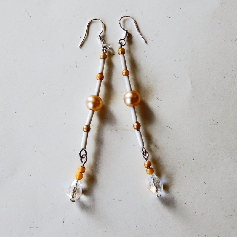 Glasstaafjes met een pareltje en hanger van kristal aan zilveren haakjes