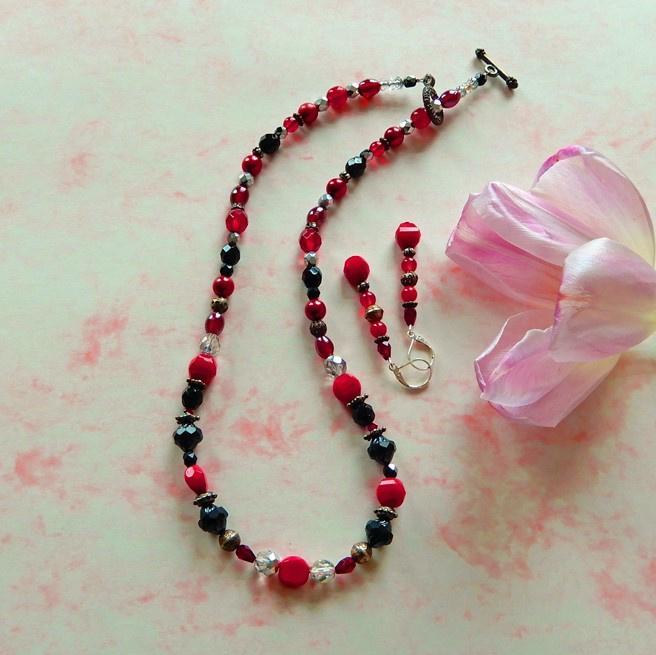 Ketting + oorbellen van rood en zwart glas (51 cm lang)