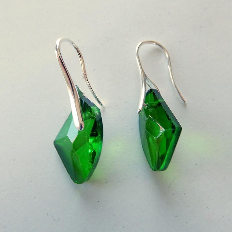 Oostenrijks kristal in groen aan verzilverde haken