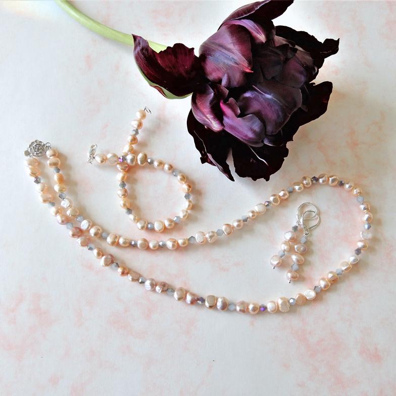 Ketting + armband + oorbellen van roze zoetwaterparels met grijs kristal en zilveren sloten en haakjes
