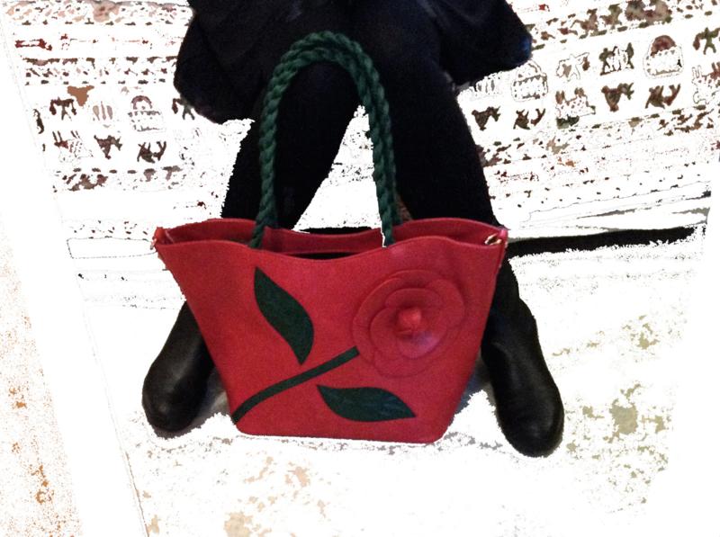 Rode leren tas met bloem en groene blaadjes