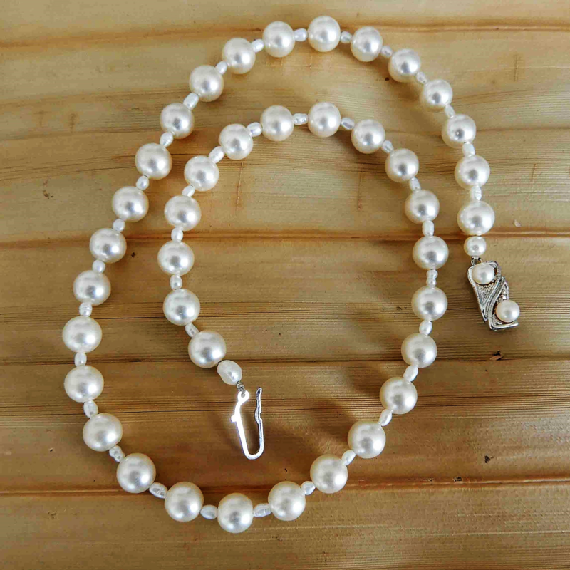 Ketting + oorbellen van witte parels met rijstpareltjes en antiek zilveren slot (47 cm lang)