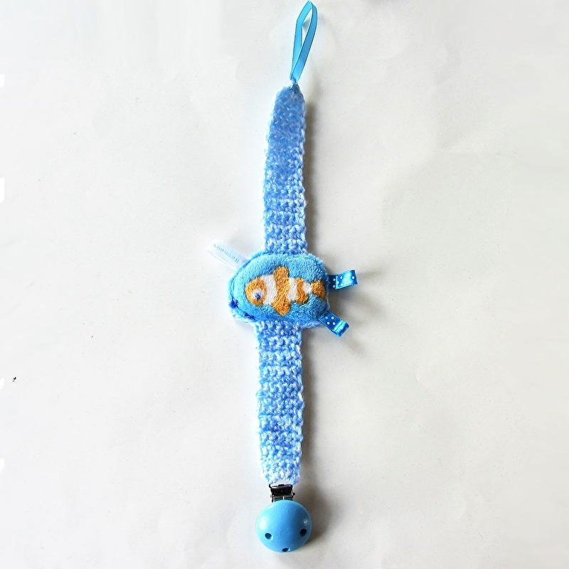 Blauw gehaakt speenkoord met zachte knuffelvis (lengte 29 cm) + blauwe clip van hout