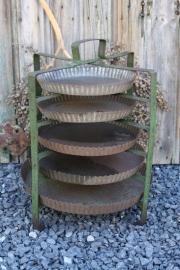 Oud metalen taarten/vlaaienrek met bakvormen (nr.1)