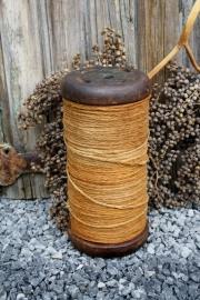 Grote oude houten klos met touw