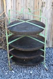 Oud metalen taarten/vlaaienrek met bakvormen