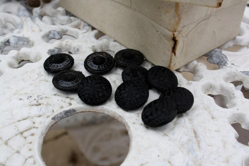 Doosje antieke zwart satijnen stofknoopjes