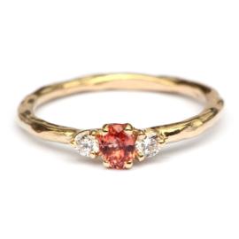 Ring met perzikkleurige saffier en diamant
