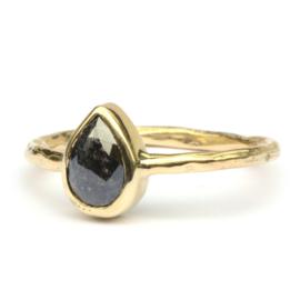 Ring met donkere druppeldiamant