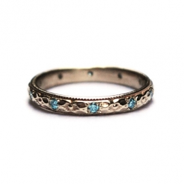 Wedding band in white gold with blue diamonds