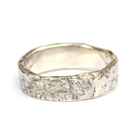 Ruwe mannentrouwring in zilver