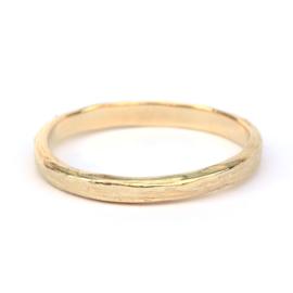 Ring met subtiele lijnenstructuur