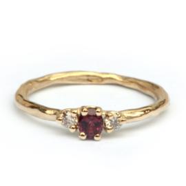 Ring met rode saffier en diamanten
