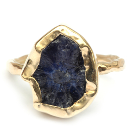 Ring met ruwe donkerblauwe saffier