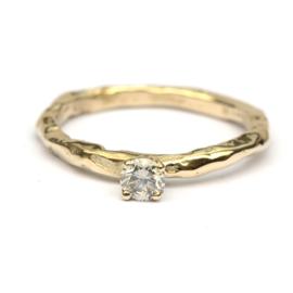 Organische verlovingsring met grijze diamant