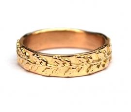 Gouden ring met eikenblaadjes