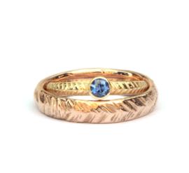 Trouwringenset met blauwe saffier en handgegraveerde band