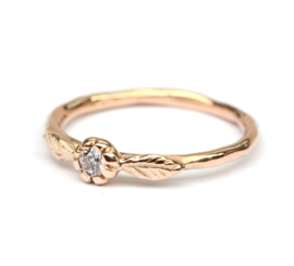 Romantische rosegouden ring met diamant in bloemzetting