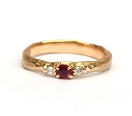 Ruwe ring met robijn en bolsjewiek diamanten
