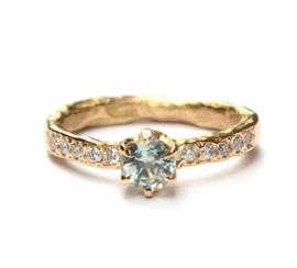 Verlovingsring met lichtgroene saffier en diamant