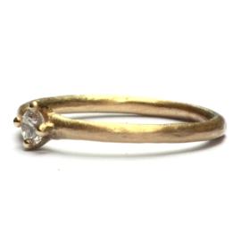 Ring simple elegance met diamant