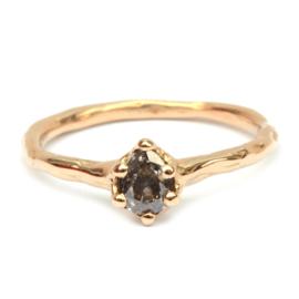 Ruwe organische ring met druppeldiamant