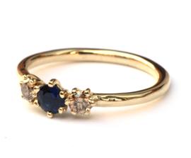 Ring met donkerblauwe saffier en diamant