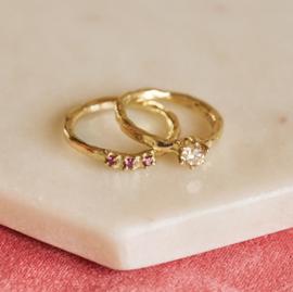 Grillige aanschuifring Nala met framboise diamanten