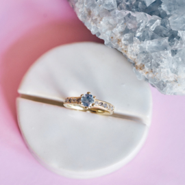 Ring met lichtblauwe saffier