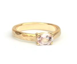 Ring van eigen goud met roze saffier