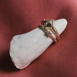 Mysterieuze ring met kite diamant