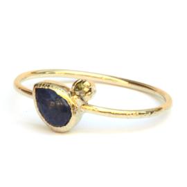 Fijne ring met donkerblauwe druppelsaffier