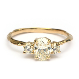 Ring met drie grote diamanten