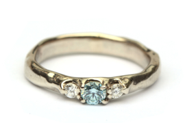 Ring met ice blue en witte diamant