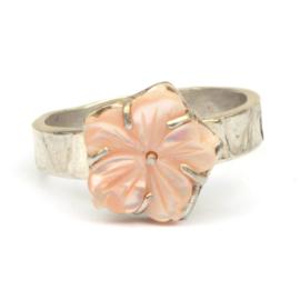 Ring met roze parelmoerbloem