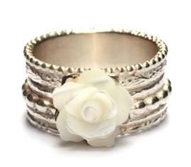 Pareldraadring met witte roos