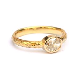 Klassieke ring met ovale diamant