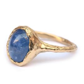 Ring met grote saffier