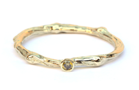 Fijne twig ring met olive green diamant