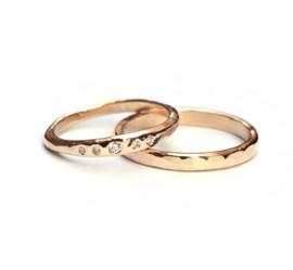 Gehamerde trouwringen met diamanten