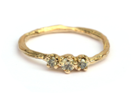 Twiggy ring met drie natural light green diamanten