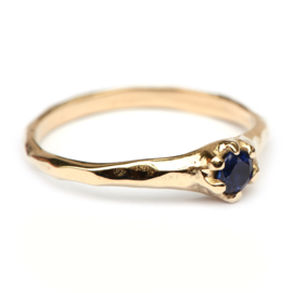 Lilly ring met blauwe saffier