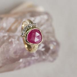 Ring met roos geslepen robijn en diamant