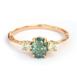 Ring Nalda met grote groene diamant