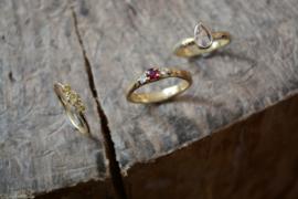Fijne takjesring met drie natural olive diamanten