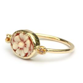 Ring met bloemcamee en cognacdiamanten