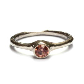 Ring met warme spinel