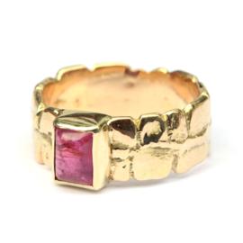 Ruwe ring met knalroze toermalijn