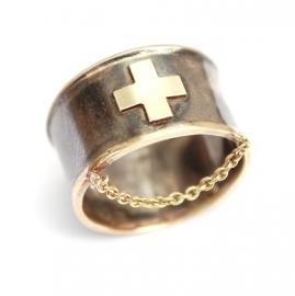 Ring met gouden kruisje