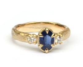Ring met ovale saffier en diamant